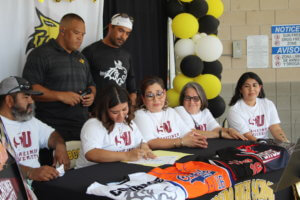 Lady 'Cat signs with Schreiner